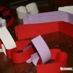 Kette aus Papierherzen zum Valentinstag