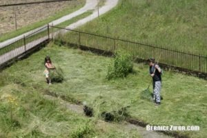Gras zusammenrächen