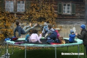 Homeschool-Gruppe auf Trampolin